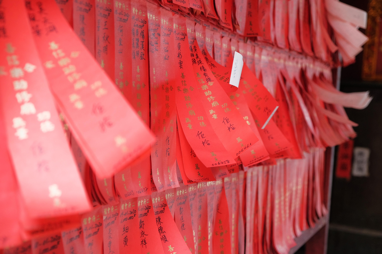 tiras de papel rojo colgando en la pared