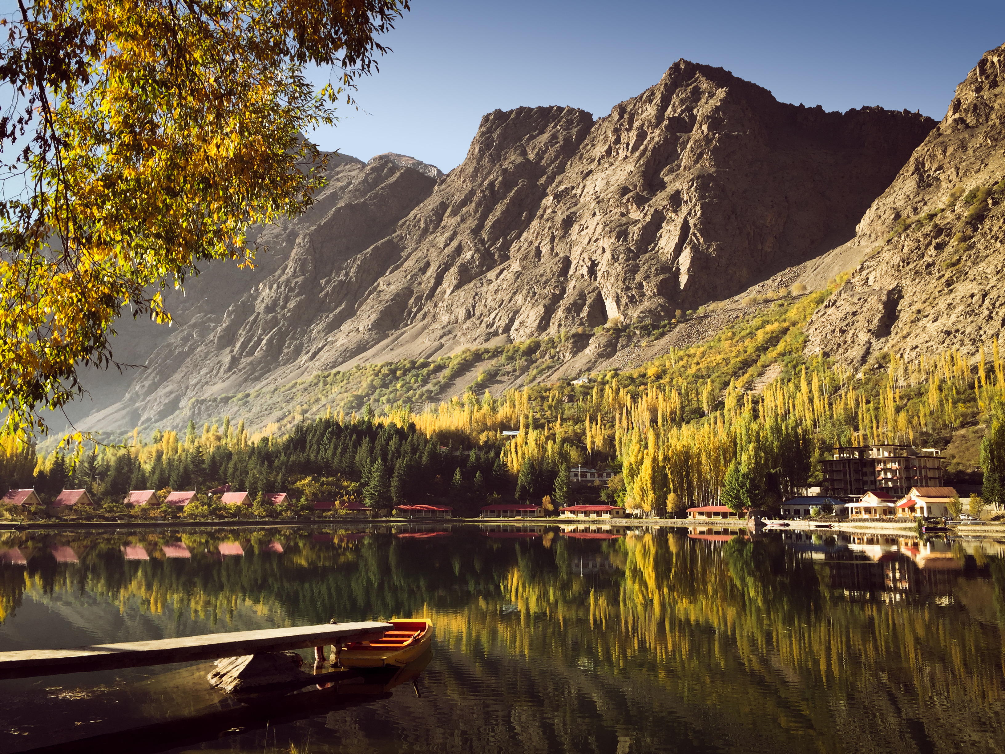 vista del paisaje del lago kachura