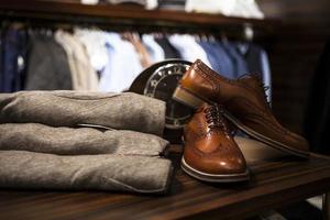 par de zapatos con punta de ala de cuero marrón foto