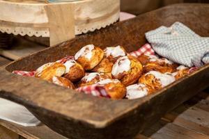 pasteles en bandeja de madera foto