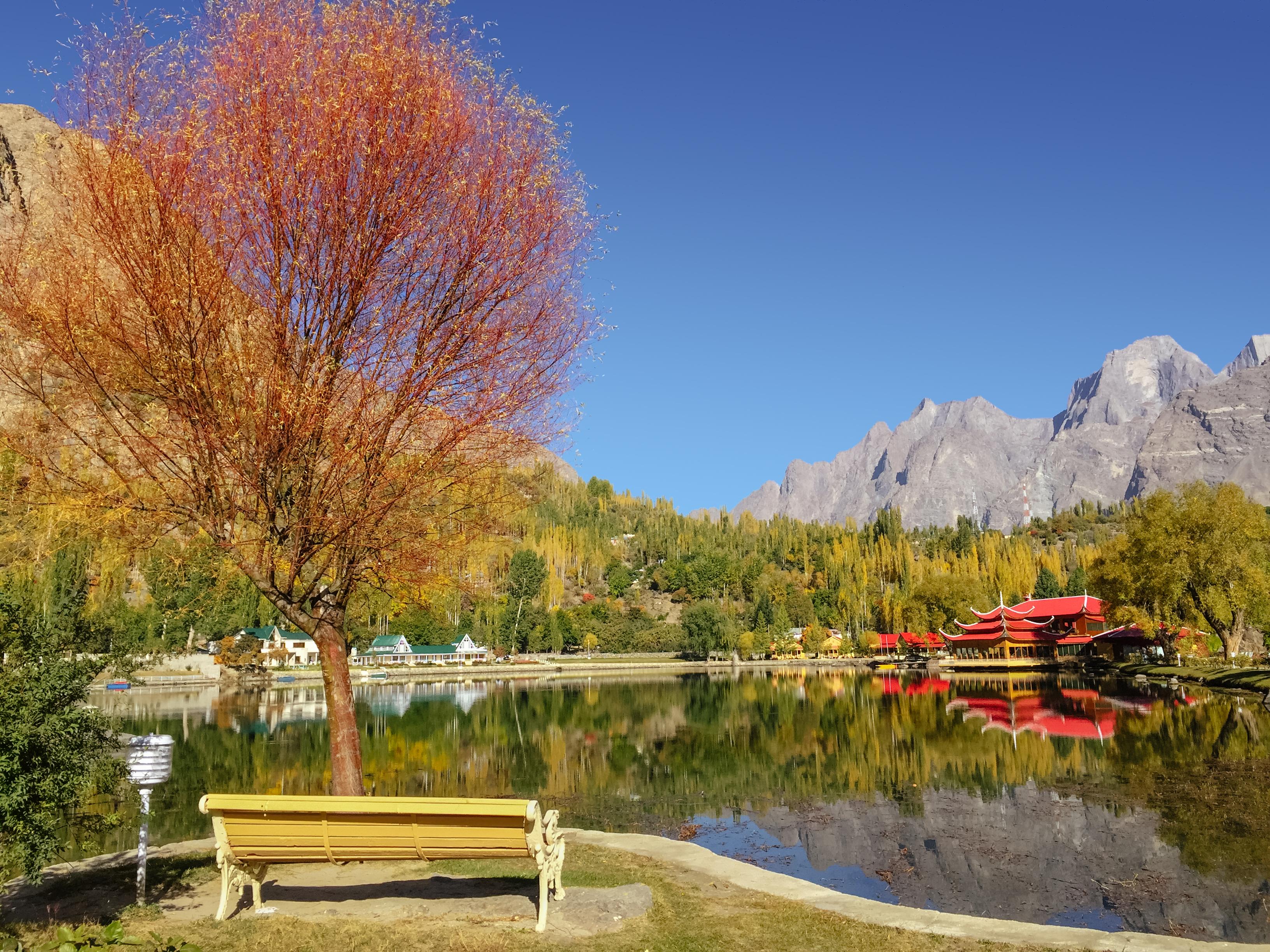 Follaje colorido en otoño en el lago Kachura, Pakistán
