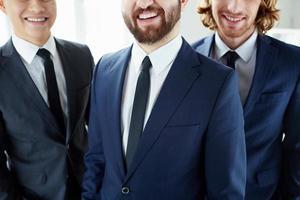 hommes d'affaires souriants