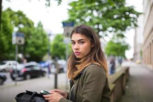 chica en la ciudad foto