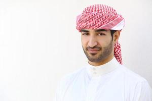 Retrato de un hombre árabe saudita al aire libre foto