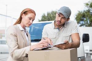motorista de entrega mostrando onde assinar com o cliente