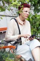 mujer pelirroja enviando mensajes de texto por teléfono