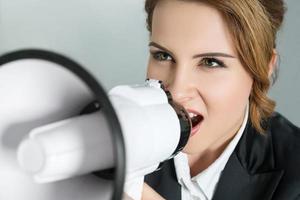 mujer de negocios joven con megáfono foto