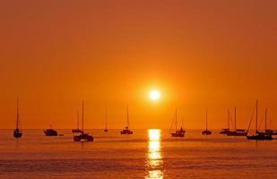 puesta de sol con barco en phuket, tailandia foto
