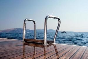 escada de um iate à vela para o mar