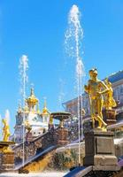 Palacio de Peterhof (petrodvorets) en San Petersburgo, Rusia foto