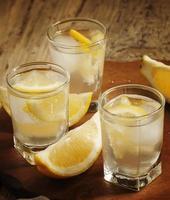 Cóctel refrescante con limón y hielo, enfoque selectivo