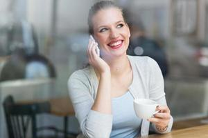 mujer tomando café en el café foto