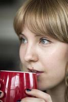 mujer joven con hermosos ojos azules foto