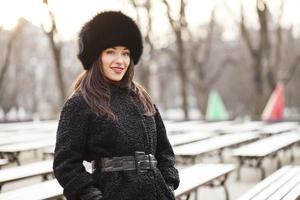 mujer de negocios, en, invierno, ciudad