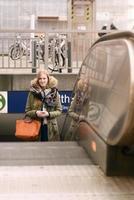 stijlvolle jonge blonde vrouw in winterstijl mode