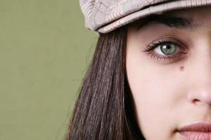 perto dos olhos da jovem.