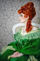 princesa en magnífico vestido verde