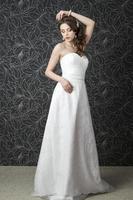 hermosa mujer en vestido de novia blanco