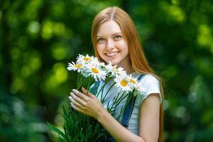 hermosa joven pelirroja sonriente foto