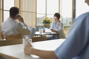 médicos en descanso en la cafetería foto