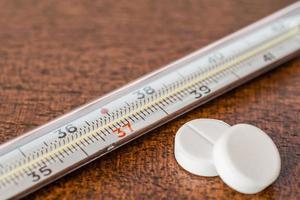 genees de ziekte, meet de temperatuur met een thermometer