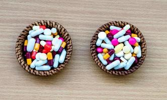 diferentes tabletas píldoras cápsula montón mezcla medicamentos de terapia médico gripe foto