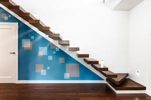 escalera moderna iluminada
