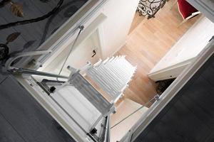 escalier de grenier blanc