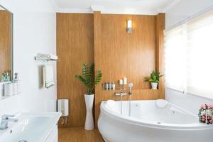 interior de baño de casa moderna foto