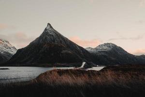 montaña detrás de un puente