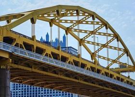 puente de metal amarillo