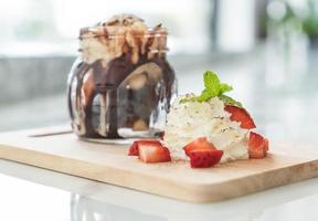 Postre dulce de chocolate con crema batida