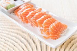 plato de sashimi de salmón foto
