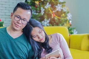 pareja relajante en una sala de estar
