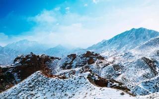 sommets des montagnes couvertes de neige