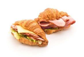 Sándwiches de jamón croissant sobre fondo blanco.