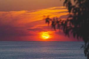 puesta de sol en el mar foto