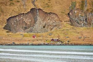 casas rojas cerca de la costa