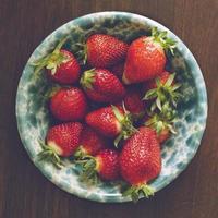 fresas en cuenco de cerámica azul