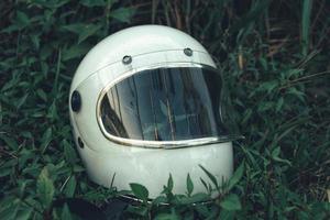 casco blanco en pasto