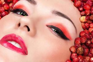 mujer, en, fresa salvaje, primer plano foto