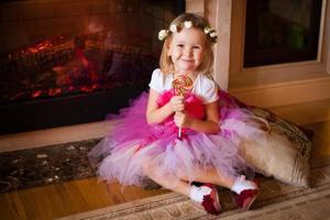 chica en falda rosa con piruleta