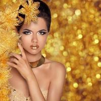 Retrato de niña de moda de belleza glamorosa. hermosa joven