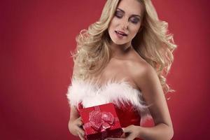 vrouw santa met een rode geschenkdoos