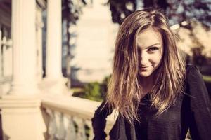 jovem moda mulher bonita ao ar livre retrato ensolarado de outono.