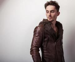 atractivo joven con chaqueta de cuero.