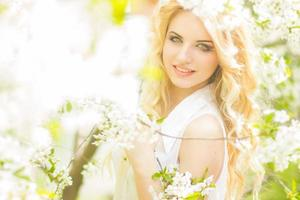 retrato de primavera de una hermosa joven rubia