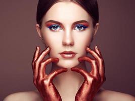 retrato, de, hermoso, mujer joven, con, arte, maquillaje foto