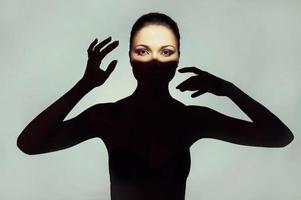 señorita surrealista con sombra en su cuerpo