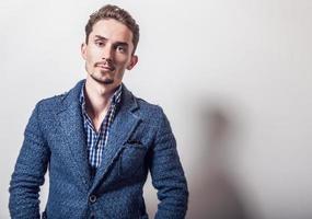 elegante joven guapo en elegante chaqueta azul. foto